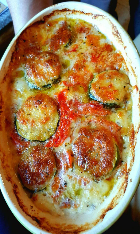 Gratin de courgettes mozzarella et tomates  Mettre de l'huile d'olive dans le fond du plat à aller au four. Y incorporer des rondelles de courgettes. Au dessus, ajouter des rondelles de mozzarella. Ensuite, terminer avec des rondelles de tomates. Persil et chapelure, éventuellement des oeufs. Salez et poivrez.