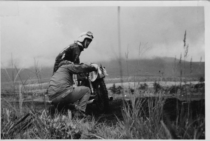 1959年第3回浅間火山レース、耐久125ccクラス(2) 5周目山下りの地点でトップの谷口尚己選手が痛恨の転倒! その横を北野元選手が通り抜ける(そのまま独走し北野選手が優勝!)。