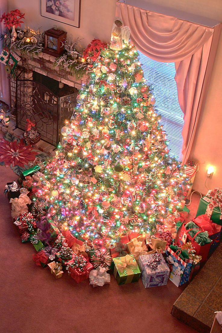 ♥ Now THAT'S A Christmas Tree!!! Reminds me of my christmases growing up... only like a million more presents cause there were literally about one hundred adults and kids at our house on christmas day lol