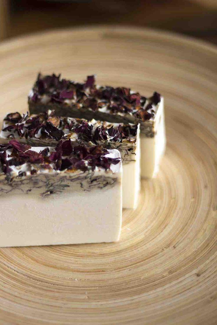 Loofah - Cuidado Natural. Jabón a base de aceite de oliva de Rosas. Nuestro jabón mas femenino, favorece el romanticismo y la creación de nuevos proyectos, además de ser hermoso.
