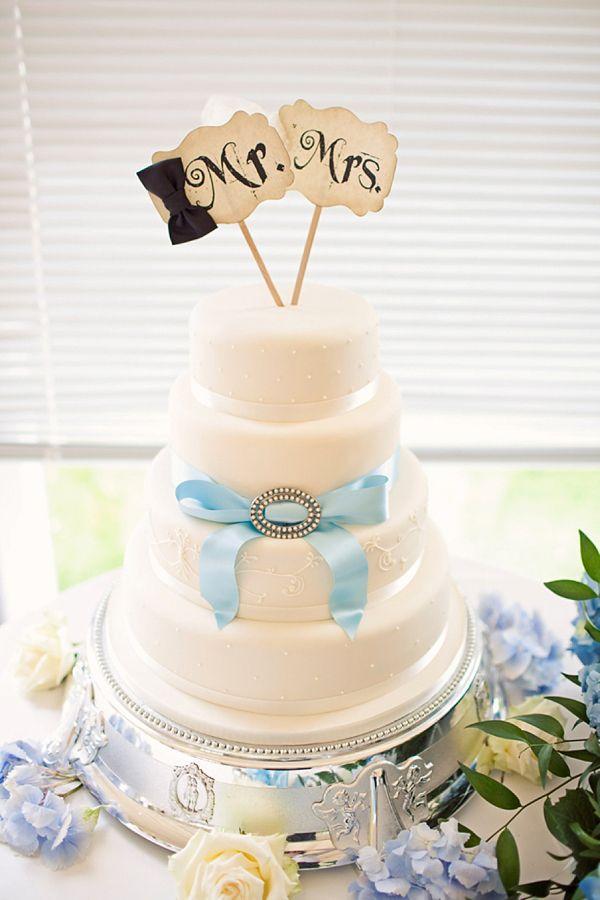 Stewart Parvin wedding dress and pale blue hydrangea wedding bouquets