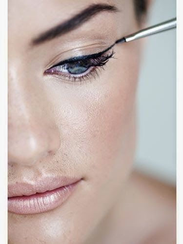 how to keep eyeliner from smudging on bottom lid