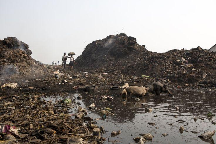 """Entrada a 'Big Bomeh' (""""la gran basura""""), un vertedero de Freetown (Sierra Leona) en el que centeneras de personas, entre ellos muchos niños, se ganan la vida recogiendo latas de aluminio y otros desperdicios. rn"""
