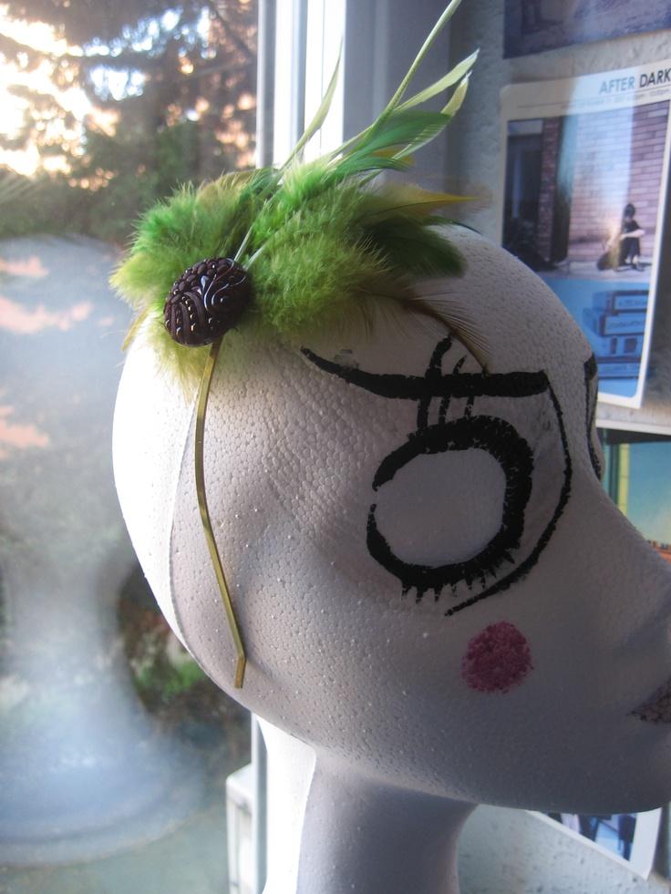 Diadema plumas verdes y botón vintage granate