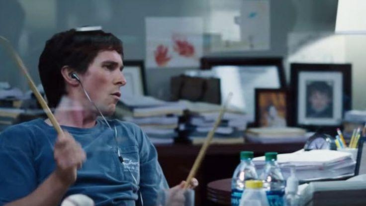 Michael Burry (Christian Bale) è un geniaccio anticonvenzionale della finanza. Non usa giacca e cravatta. Nel suo ufficio ascolta heavy metal a tutto volume e gira scalzo con pantaloni corti.