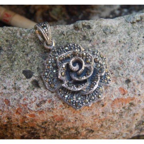 Liontin perak motif mawar dengan batu permata  Dimensi: 36x25x6mm  Bahan: Perak 925  Cocok digunakan sehari hari, Liontin perak asli buatan pengrajin dari Bali.  Atau juga bisa untuk dijadikan sebagai hadiah.