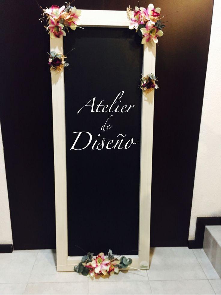 Pizarr n con marco de madera tipo vinagre decorado con for Espejos con marco de madera decorados