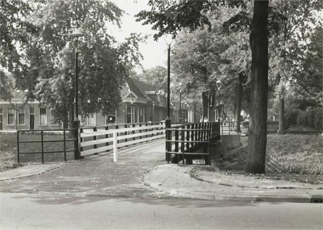 Breda - De houten Diaconessenbrug voor fietsers aan de Wilhelminasingel en de Vierwindenstraat - 1964