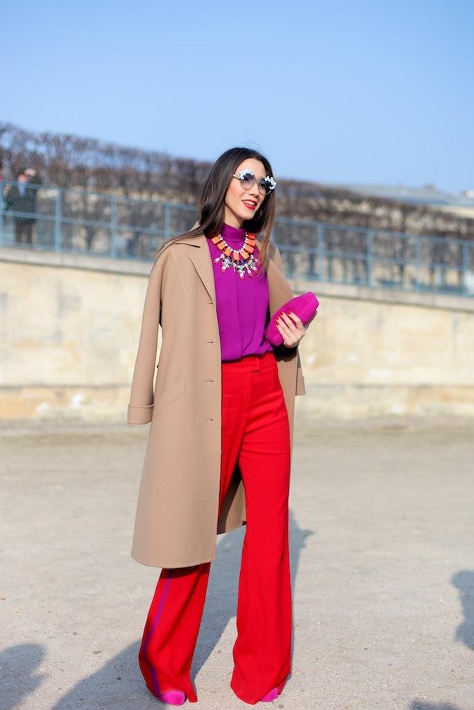 Die Trendfarbe Rot und Lila treffen in diesem Color Blocking Look gekonnt aufeinander.