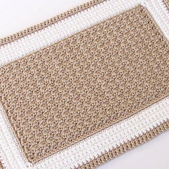 Crochet Patrón alfombra PDF    Este es un patrón de ganchillo fácil que requiere hilado súper abultado y un gancho de tamaño M (9mm). Este patrón parece difícil pero en realidad funciona muy rápidamente para arriba--haces tu alfombra en un fin de semana!  Me hice uno para mi cuarto de baño y realmente me encanta! El centro es una puntada de adoquines que se siente agradable y cómodo en tus pies :) Esta alfombra sería ideal para cocinas y dormitorios o cualquier habitación de su casa!  Tamaño…