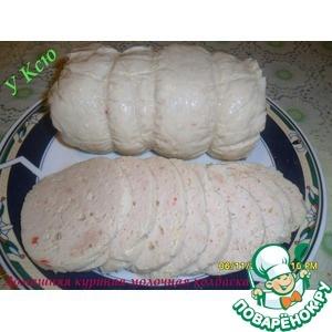 Домашня куриная молочная колбаса = • Курица— 1 шт • Соль(по вкусу) • Чеснок— 5 зуб. • Перец красный жгучий(по вкусу) • Сливки(10%(можно заменить молоком жирным)) — 200 мл • Белок яичный(сырой) — 3 шт • Крахмал— 2 ст. л. • Желатин(18-20 гр) — 1 пакет.