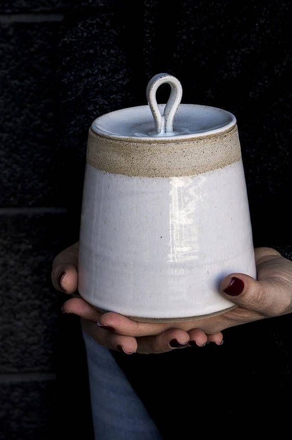 Dieses schöne handgemachte Keramik weiß Küchen Kanister geworfen ist mit einem gesprenkelten Ton gemacht. Der Körper und der Deckel sind in einer weißen Glasur beschichtet. Es ist ideal für Salz, Gewürze, Tee, Kräuter, Cookies, etc.. Dieser sehr attraktiven Artikel verleihen jeder