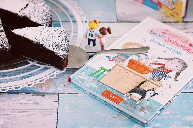 WERBUNG Guten Morgen und happy Bergfest. Habt Ihr Geschwister? Ich leider nicht aber das Buch  Ziemlich beste Schwestern von @verlagarsedition für Kids im Erstlesealter zeigt wieviel Spaß man mit Geschwistern haben kann. Mehr dazu auf meinem Blog. Dort gibts auch Teil 1 und 2 zu gewinnen und ein leckeres Becherkuchen Rezept dazu. . . #becherkuchen #schokoladenkuchen #rezept #foodblogger #buchrezension #kinderbuch #sisters #ziemlichbesteschwestern #germanblogger #lifestyleblogger…