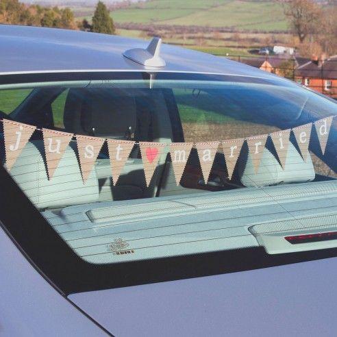 Ook de auto kan je op een leuke manier versieren! Met deze originele bunting in de auto weten gelijk iedereen wie de gelukkige is. De mini-vlaggenlijn is makkelijk te bevestigen. De opdruk Just Married met het hartje in het midden is in een soort van schrijfmachine lettertype.