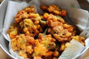 Indische maïskoekjes 2 blikjes maïs 2 bosuitjes selderie (kruid) of prei 4 tenen knoflook 10 eetlepels bloem 1 ui 3 eieren djinten, ketoembar, zout Bakken in arachide olie als oliebollen