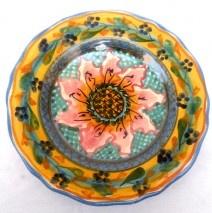 Una margherita rosa al centro di questo piatto in ceramica artigianale, di forma barocca, decorato a mano dall'artista Antonio Robustella. Ideato e realizzato per comporre un servizio di piatti artistico ed unico