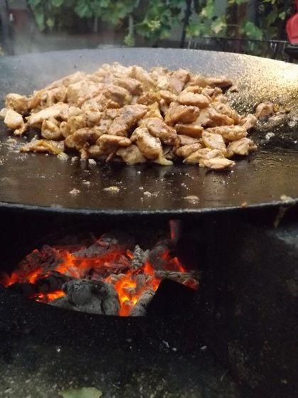 Hagymás csirkemell csíkok tárcsán sütve  Azt hiszem ismét egy magyar sajátosság, hogy egy mezőgazdasági eszköz miként kerülhet bele a hétköznapok gasztronómiájába, de valahol valakinek kipattant a fejéből egy ötlet: a tárcsázásra használt mezőgazdasági eszközt, egy…