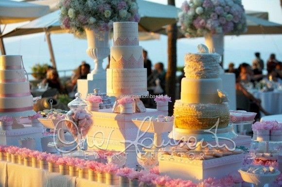 Confettata romantica all'aperto di un matrimonio primaverile in costiera