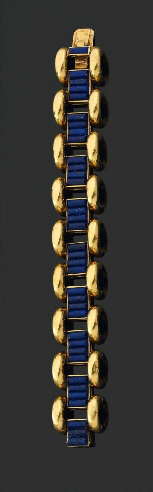 Cartier - Bracelet articulé composé de motifs en lapis-lazuli godronné réunis par des maillons arrondis en or jaune. Signature. Longueur: 17 cm