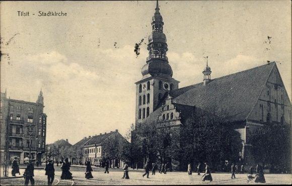 Ak Sowetsk Tilsit in Ostpreußen, Stadtkirche, Straßenpartie, Passa... - 1370428
