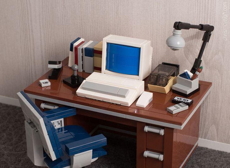 Chris McVeigh präsentiert uns einen alten Schreibtisch als LEGO MOC, mit Disket… – Oliver Branies