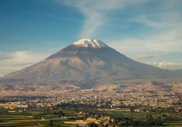 """I Peru ligger byen Arequipa, hvilket faktisk betyder faktisk """"bagved vulkanen"""". Det er ikke så underligt, for byen ligger omgivet af tre store vulkaner - bl.a. den imponerende Misti vulkan, der er kæmpestor og har en fin, sneklædt top."""