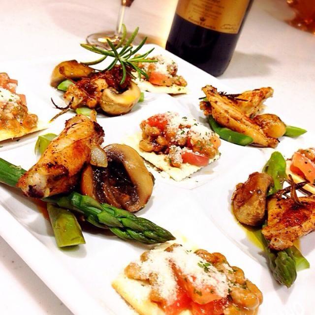 納豆にトマト、オリーブオイル、塩コショウ、バーニャカウダペイスト、バルサミコ、粉チーズをクラッカーに乗せました! - 133件のもぐもぐ - チキンスペアリブグリルとアスパラ、トマト納豆乗せクラッカー、ローズマリーアンチョビマッシュルームで赤ワイン! by Tina Tomoko