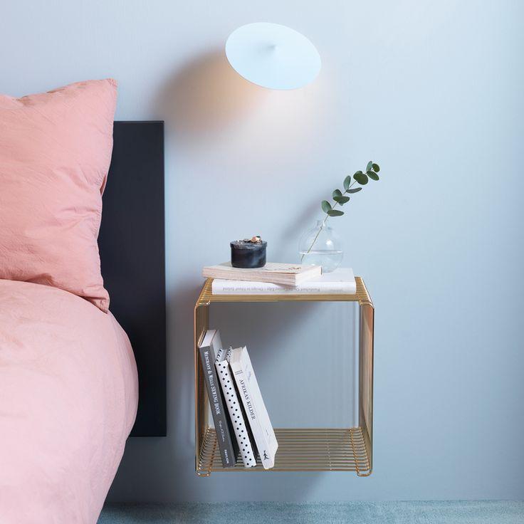 Panton trådhylla i krom. 4 clips medföljer. Det kan kräva en vilja av stål att välja mellan livets många möjligheter. Här ger Montana dej möjligheten att välja hur du vill bygga din egen möbel. Med Panton trådhylla kan du bygga en enkel rumsavdelare, en bokhylla eller en hi-fi möblel.