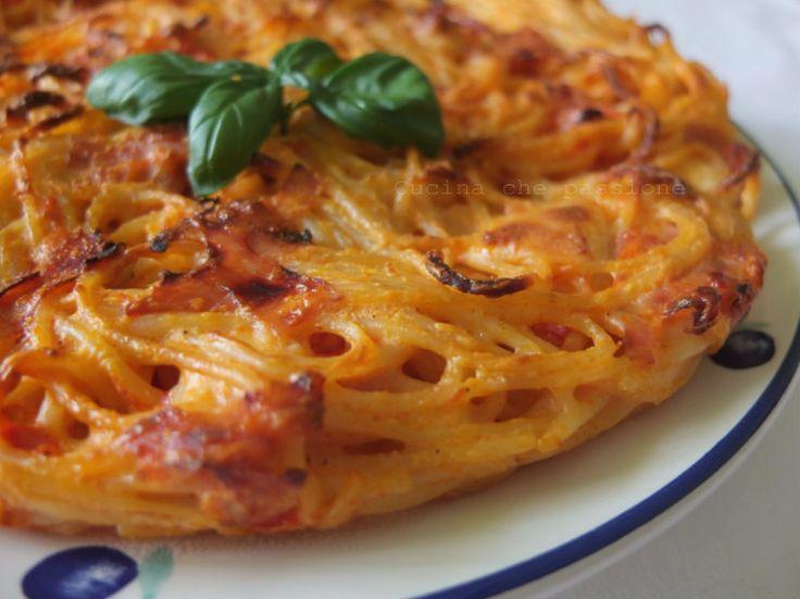 """La Frittata di pasta, un classico della cucina napoletana, nasce come """"piatto del riciclo"""". Oggi invece, grazie alla sua squisitezza, la frittata di pasta è una vera e propria ricetta della tradizione gastronomica campana."""