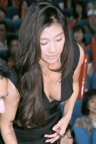胸元の開いたセクシーな衣装で初日舞台挨拶に登場した篠原涼子