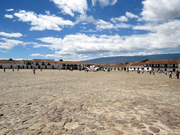 4. Un plano abierto de la plaza mayor por donde caminan miles de personas cada año