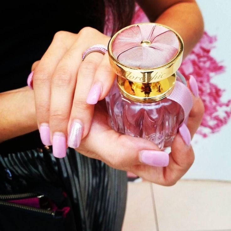 Custodisco nella mia mano l'ultimo gioiello di casa #Artistry  Raffinatezza Lusso e Femminilità si toccano con le dita. ARTISTRY Flora Chic racchiude un seducente bouquet floreale  in una meravigliosa boccetta prodotta a mano con elegante vetro rosa e impreziosita da un elegante tappo dorato con fiocco di seta grezza: Essenza di Bellezza ed Eleganza.  Potete acquistarla online col cod. 119630 (Link shop in bio) o su artistrybeauty.me  oppure ACQUISTA in 2 minuti su whatsapp348/4967448 TAGGA…