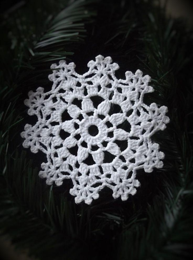 Horgolt karácsonyi csillag dísz, fehér, piros és kék színben. A csillag a karácsonyfán a betlehemi csillagot jelképezi.