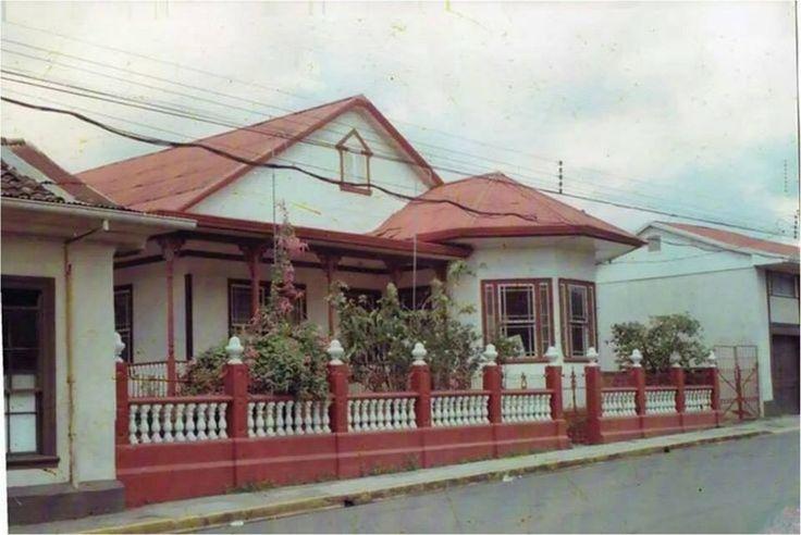 Preciosa fotografía de la antigua Casa Cural, a la izquierda, parte de los antiguos salones de Catequesis.