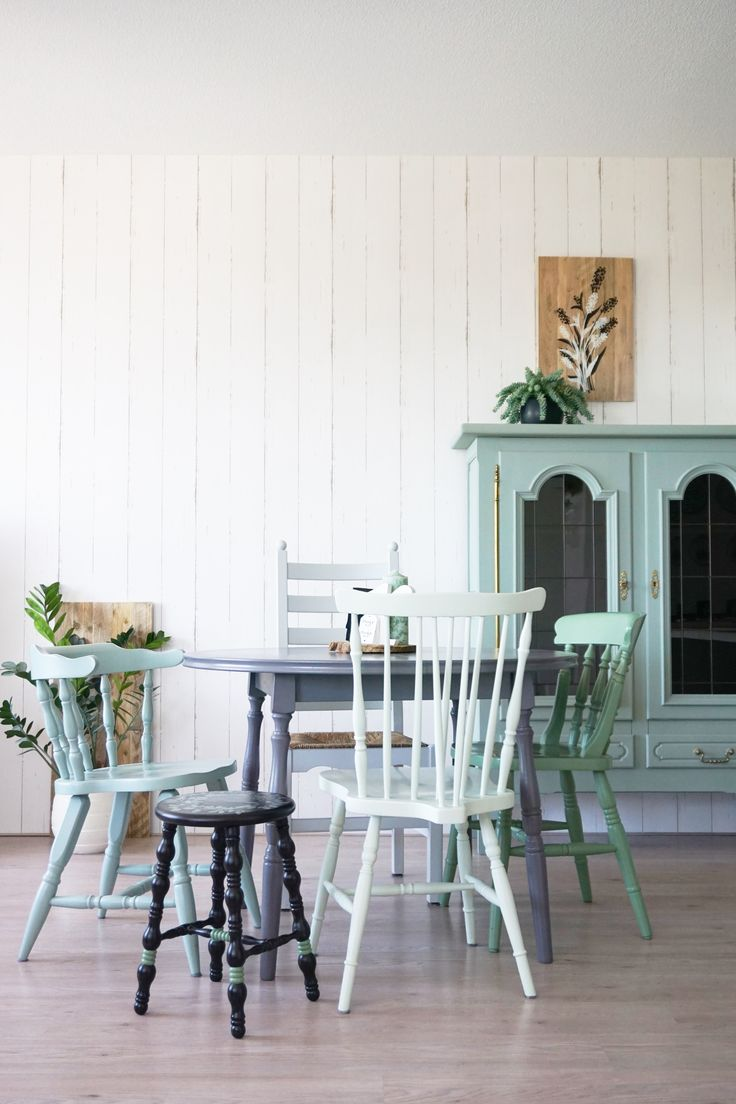 Uitklapbare rond eettafel. Mintgroene stoelen en kast. Allemaal gerestyled door THUIS.