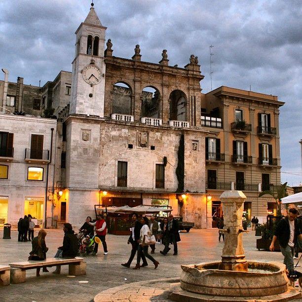Il Palazzo del Sedile – o Sedile dei Nobili – prospetta su Piazza Mercantile, centro dell\'antica vita commerciale, agorà e foro cittadino. L\'edificio fu costruito…