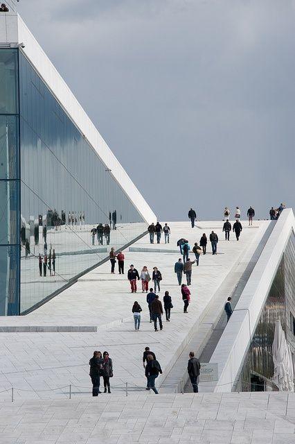 La Ópera de Oslo, levantada frente al fiordo de Oslo, la capital de Noruega. El centro de artes escénicas más importante de ese país.