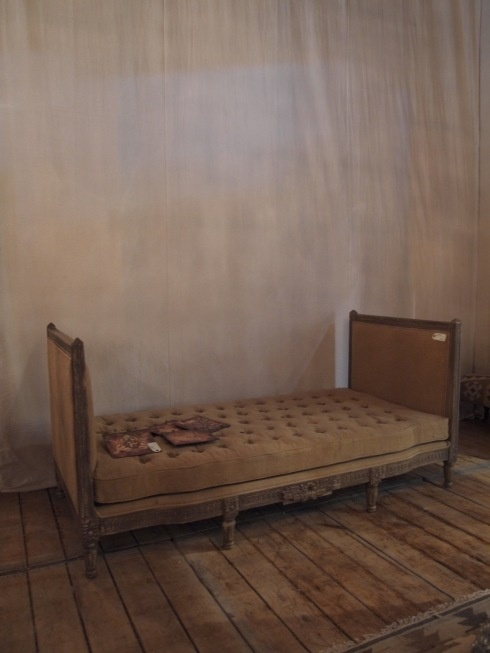 day bed: French Interiors, Diy Furniture, Decor French, Cabins, French Decor, Beds Decor, Pain Beds, Daybeds, Beds Ideas