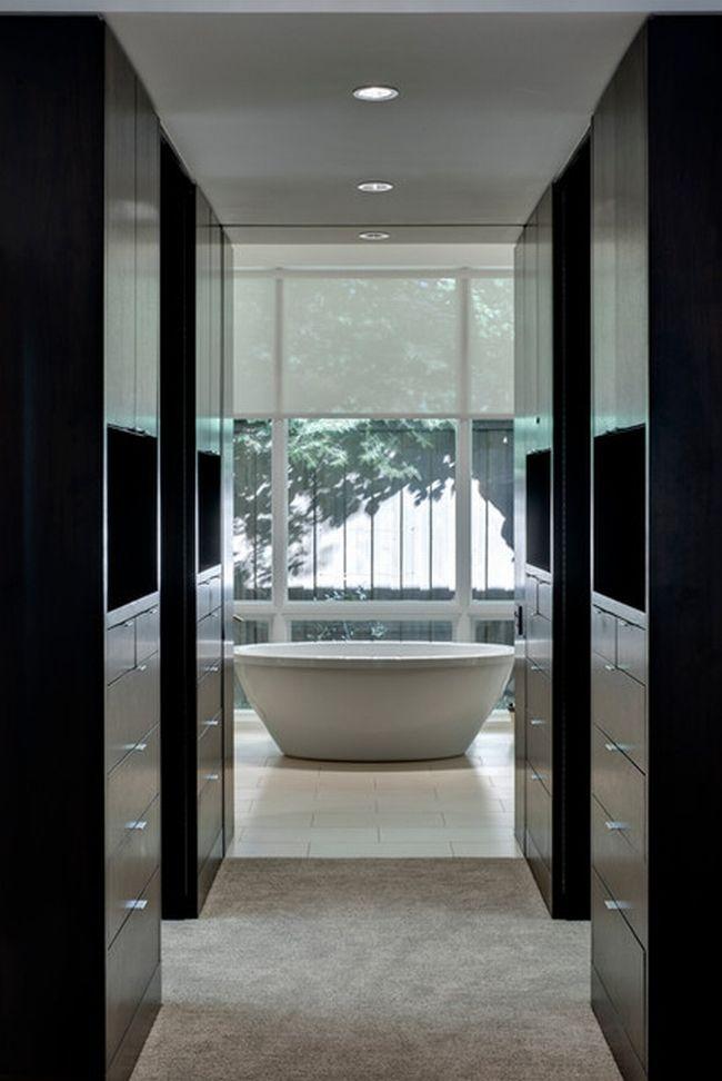 Garderoba w stylu amerykańskim zazwyczaj projektowana jest jako jedno z trzech pomieszczeń usytuowanych nieopodal siebie - łazienki, sypialni i garderoby właśnie. Zobacz i zainspiruj się!