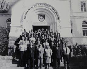 NATO personeli saat kulesinin önünde. 50'ler ya da 60'lar. İzmir'in Buca ilçesi Şirinyer semtinde bulunan NATO karargahı, Soğuk Savaş'ta ABD'nin Sovyetler Birliği'ne karşı yürüttüğü askeri saldırganlığın ilk merkezlerinden oldu. Türkiye'nin NATO'ya kabul edilme tarihi 18 Şubat 1952 iken, Şirinyer'e askeri üs kurulmasına 18 Haziran 1952'de karar verildi.