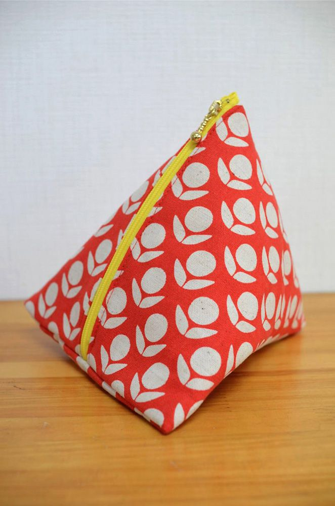 Stamped triangle zippy pouch pattern : Kokka