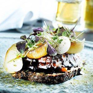 Smørrebrød - med braiseret kalvebryst, røget marv, foie gras crème samt syltede og grillede løg