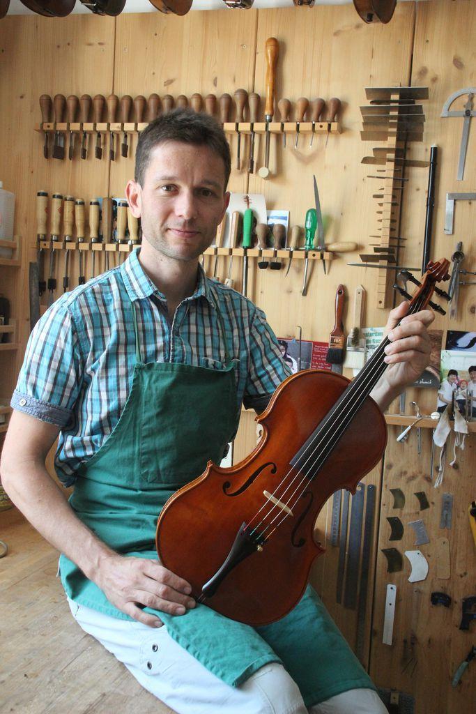 Einer der weltbesten Geigenbauer lebt in Urfahr - Alexander Schütz gewann beim internationalen Geigenbauwettbewerb in Bayern mit seiner Viola Silber. Mehr dazu hier: http://www.nachrichten.at/oberoesterreich/linz/Einer-der-weltbesten-Geigenbauer-lebt-in-Urfahr;art66,1426536 (Bild: Atteneder)