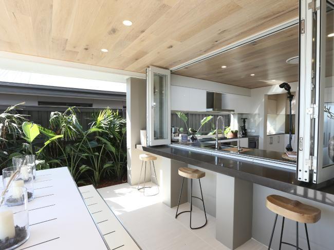 idea barra de cocina que quede parte en el exterior