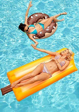 Ob am Strand oder im Wasser: Der Donut - Schwimmring und die Eis - Luftmatratze für 12,95€ sind die Hingucker!