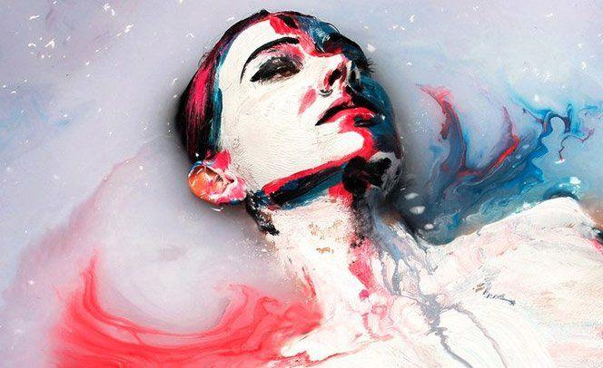 A artista Alexa Meade resolveu inovar na sua arte de uma forma um tanto quanto excêntrica - ela fez uma pintura corporal em Sheila Vand, que se deitou em uma piscina cheia de leite, enquanto era fotografada. O leite foi desmanchando a tinta fazendo com que a fotógrafa tivesse que agir rápido - cada segundo era único e jamais ocorreria de novo da mesma forma. Assista ao vídeo no qual elas mostram como esse trabalho foi produzido: