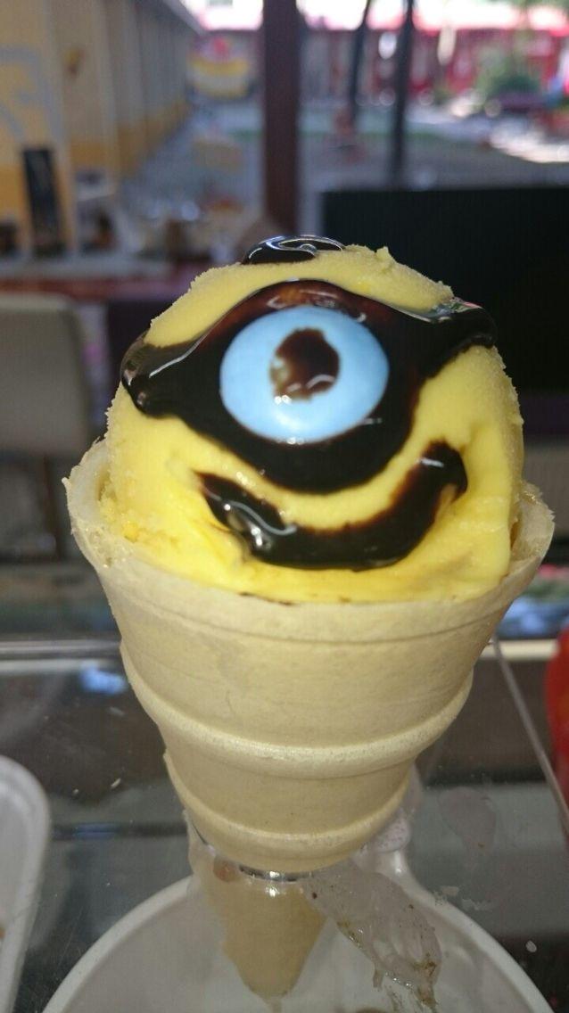 #ice #icecream #cold #color #colors #yellow #minions #minion #minioneicecream#fagyi #fagylalt Újabb cuki figura fagyiból , melyet már kérhetsz cukrászdánkban! Minions 150 Ft ! Gyertek fagyizzatok !!