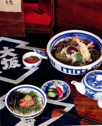 ТЭМПУРА СОБА (горячий суп с лапшой соба и креветкой тэмпура) 200 г лапши соба «Mayumi»  12 чашек воды  1 чайная ложка соли  мелко резаный зеленый лук для украшения  специи «перец семи вкусов» (ситими)  Горячий бульон даси для лапши соба: 4 чашки бульона даси  3 ст. ложки соевого соуса «Mayumi»  1 ст. ложка мирина  Кляр тэмпура: 1 яичный желток  250 мл ледяной воды  150 г кукурузного крахмала  Тэмпура: 8 свежих креветок среднего размера  кукурузный крахмал для посыпания  4 свежих гриба…
