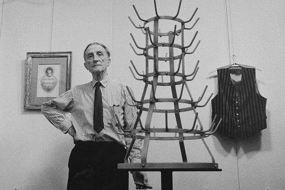 Marcel Duchamp and the bottlerack, portebouteille, readymade. Picture by Ugo Mulas. Galerie Scharwz, Milan. Retrospective 1964
