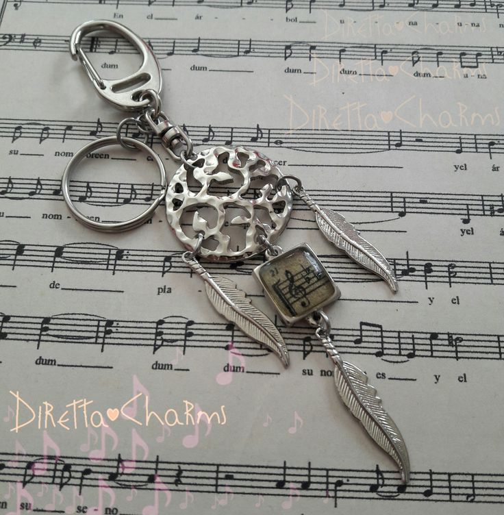 Llavero tipo atrapasueño en acero y zamak, con dije en resina de clave de Sol. pide el tuyo con las especificaciones que mas te gusten. $10.000 cop.  Diretta ♥ Charms Accesorios que resaltan tus encantos.  Info wtp + 57 3127080891. Envíos nacionales e internacionales.  #DirettaCharmsAccesorios #DirettaAccesorios #inspiration #followme #artist #artesana #dreamcatcher #musical #musica #music #pluma #feather #silver #bello #cute #nice #cool #lovely #resina #resin #clavedesol